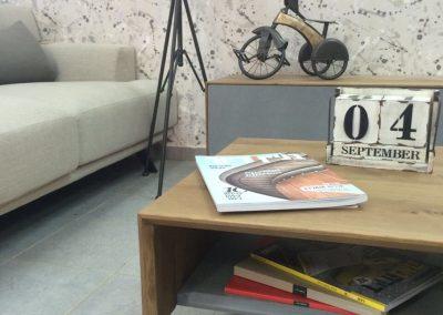 """שולחן סלון """"דומו"""" מעץ מלא משולב בטון"""