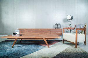 """שולחן """"בנג'מין"""" מעץ אגוז אמריקאי מלא"""