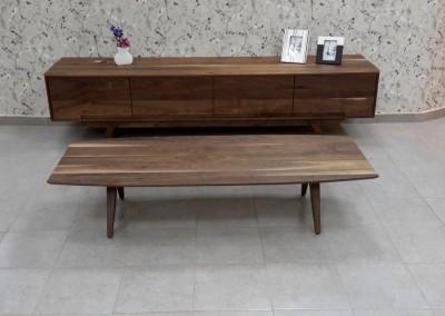 """שולחן סלון """"בנג'מין"""" מעץ אגוז אמריקאי מלא"""